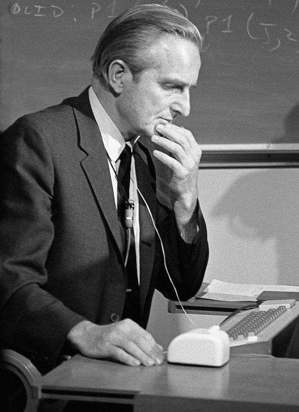 Douglas C. Engelbart, ingenieur americain qui fut le 1er a coupler un ecran video a un ordinateur et il fut l'inventeur de la souris en 1963 (le prototype ne sera presente qu'en 1968) ici devant un ordinateur avec la fameuse souris lors de la demonstration du prototype le 9 decembre 1968  au SRI (Stanford Research Institute)  ---- Douglas C. Engelbart, american engineer, inventor of the computer mouse in 1963, here at presentation of prototype on december 9, 1968