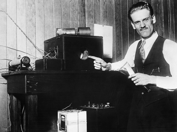 10 Sep 1928, San Francisco, California, USA --- Inventor Philo T. Farnsworth with his invention, the first electronic television --- Image by © Bettmann/CORBIS