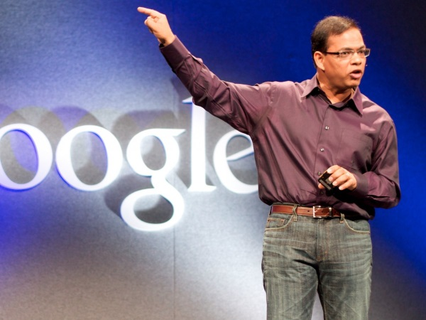 ناامیدی در میان تیم میر ادامه یافت تا اینکه یکی از قدرتمندترین اعضای آن به نام امیت سینگال را (مردی که الگوریتم های موتور جستجوی گوگل حاصل ذهن خلاقش است) تحت تاثیر قرار داد. او مستقیما نزد لری پیج رفت و از او خواست که میر را برکنار کند.