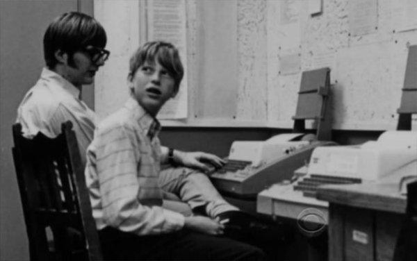 پل آلن و بیل گیتس، پایه گذاران شرکت مایکروسافت، در نوجوانی شانس آن را داشتند تا در دبیرستان خود به کامپیوتر دسترسی پیدا کرده و با این دستگاه آشنا شوند.