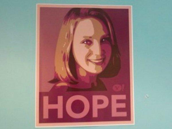 او کارش را در سال 2012 میلادی در یاهو آغاز کرد. سطح توقعات از او و امیدها نسبت به موفقیتش آنچنان بالا بود که برخی پوسترهایی شبیه به پوسترهای تبلیغاتی باراک اوباما با شعار امید را تهیه کرده و در سالن های شرکت نصب کردند.