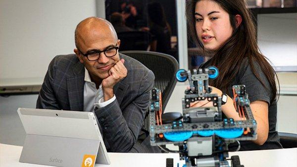 نادلا روزهای بسیار پرمشغله ای در مایکروسافت دارد. اما سرمایه گذاران نیز به او علاقه دارند: بین سال های 2014 تا 2015 (یعنی نخستین سال مدیریت او) ارزش سهام مایکروسافت رشدی 14 درصدی را تجربه کرد و در سال 2015 هم 21 درصد دیگر رشد داشت.