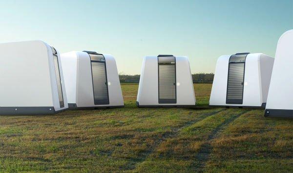 خانه های موقتی Exo: این پناهگاه های از پیش ساخته شده حمل بسیار آسانی دارند به طوری که می توان چند دستگاه از آنها را روی هم قرار داده و به راحتی آنها را به مقصد مورد نظر رساند. خانه های Exo را می توان با کمک چهار نفر آماده ی استفاده نمود. ظرفیت داخلی آنها نیز 4 نفره است. این واحدهای کوچک سیم کشی داخلی دارند و از این رو می توان آنها را به برق یا سیستم تهویه هوا وصل نمود، همچنین قابلیت استفاده از انرژی ها و نور طبیعی نیز به آنها اضافه گشته.