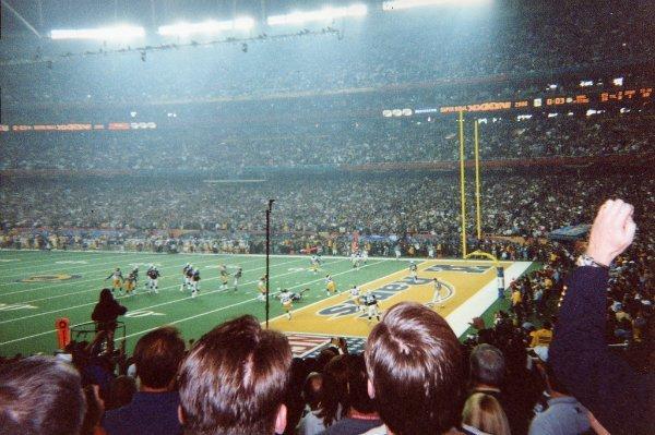 تبلیغاتی که در میان سوپر باول (Super Bowl) پخش می شود گران ترین قیمت را دارد و در سال ۲۰۰۰، در میانه نیمه ۱۴ تبلیغ مختلف از سوی کمپانی های دات-کامی پخش شد.