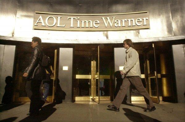 در این میان ادغام AOL و Time Warner بزرگترین و بدترین اشتباه این دوران نام گرفت. پس از چند سال کاهش درآمد، اخراج های فراوان و نتایج مالی نا امید کننده، شرکت خریدار، در سال ۲۰۰۳ نام AOL را از نام اصلی اش حذف کرد، به «Time Warner» برگشت و سعی نمود خاطرات تلخ را به دست فراموشی بسپارد.