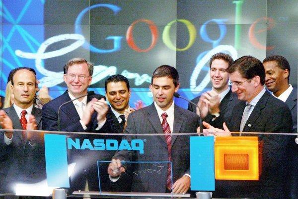 برخی شرکت ها هم در این میان صبر کردند تا طوفان به انتها برسد. برای مقال گوگل در سال ۱۹۹۸ تاسیس شد اما تا سال ۲۰۰۴ برای عرضه عمومی سهام اش در بازار بورس صبر کرد. دلیل اصلی همان حباب دات-کام بود و مدیران گوگل تمایل داشتند صبر کنند تا بازار بورس پس از وقایع پیش آمده، دوباره آرامش خود را به دست آورد.