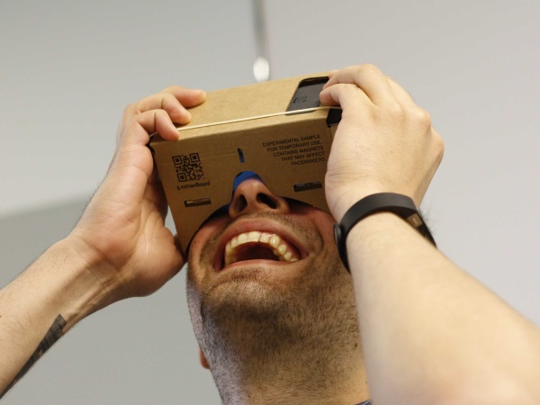 google-figured-out-how-to-turn-any-phone-into-a-virtual-reality-headset-for-next-to-nothing