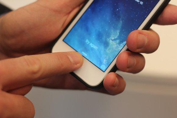 سنسور Touch ID اولین بار در آیفون ۵ اس به کار رفته اما الگوریتم امن اپل برای حفاظت از اثر انگشت اولین بار در آیفون ۶ مورد استفاده قرار گرفت.