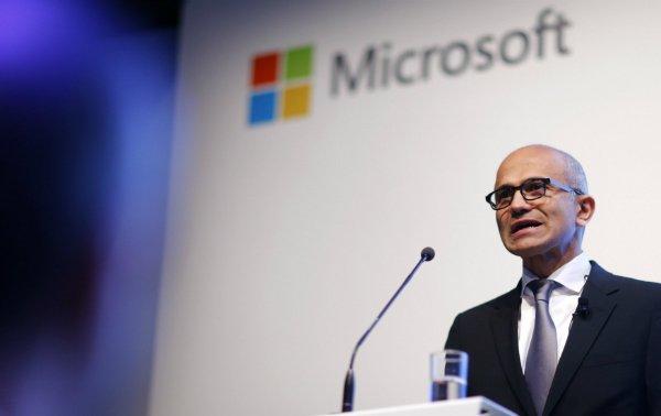 ۱۱ نوامبر ۲۰۱۵، برلین، آلمان. ساتیا نادلا، مدیر عامل مایکروسافت در خصوص استراتژی های جدید این شرکت جهت کسب درآمد از فضای ابری سخنرانی می کند.