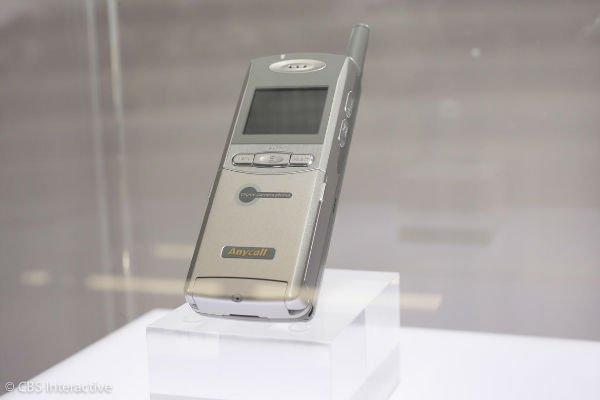 اولین تلفن هوشمند مجهز به دوربین - 2000: سامسونگ نخستین کمپانی تولید کننده تلفن هوشمندی بود که موبایلی با دوربین تولید و ارائه کرد.