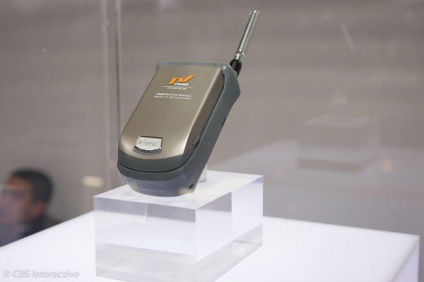 نخستین تلفن تلویزیونی - 1999: اولین موبایل سامسونگ که توان پخش برنامه های تلویزیونی را دارا بود، SCH-M220 نامیده می شد. این روزها تماشای تلویزیون یکی از ساده ترین کارهایی است که می توان با تلفن هوشمند انجام داد اما در آن زمان این قابلیت تنها گزینه موجود برای کاربران به شمار می رفت.