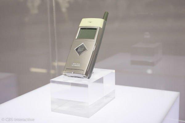 نخستین تلفن MP3 - سال 1999: اولین موبایل سامسونگ که توان پخش MP3 داشت، SPH-M2500 نام دارد. این دیوایس 32 مگابایت حافظه و یک کنترل از راه دور داشت. خیلی جالب است که این روزها 8 گیگابایت حافظه داخلی بسیار کم و ضعیف به نظر می رسد و در آن زمان این میزان کم، بسیار ارزشمند بوده.