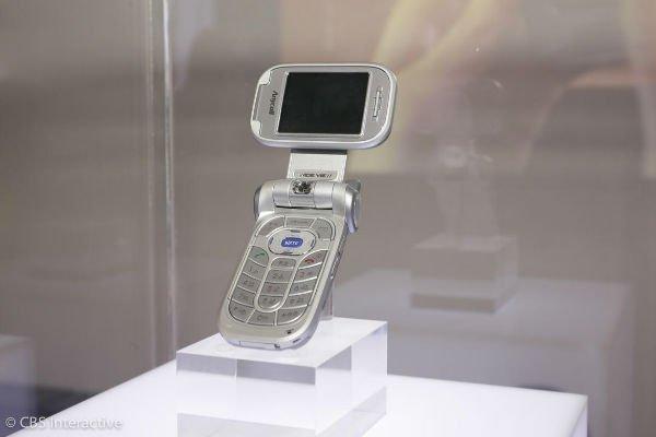 نخستین موبایل با صفحه نمایش چرخان - 2004: نخستین موبایل با صفحه نمایش چرخان را سامسونگ طراحی و تولید کرد. این موبایل تاشو بود و SGH-V500 نام داشت.