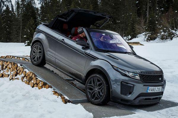 2017-Range-Rover-Evoque-Convertible-front-three-quarter-04