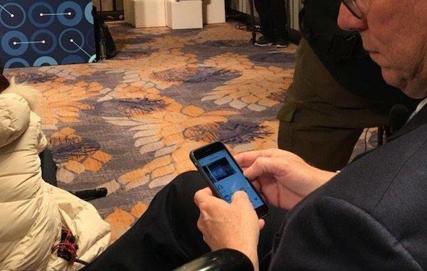 اریک اشمیت در حال کار با آیفون اپل