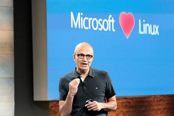 به طور کلی، مایکروسافت در دو سال اخیر موفق شده تا رابطه ای بهتر با سایر همکاران خود داشته باشد. تحت نظارت ساتیا نادلا، مایکروسافت به سراغ توسعه اپ های زیادی برای سایر پلتفرم ها رفته در حالی که اکنون با رقبای پیشین خود نظیرRed Hat، رابطه ای دوستانه یافته است.