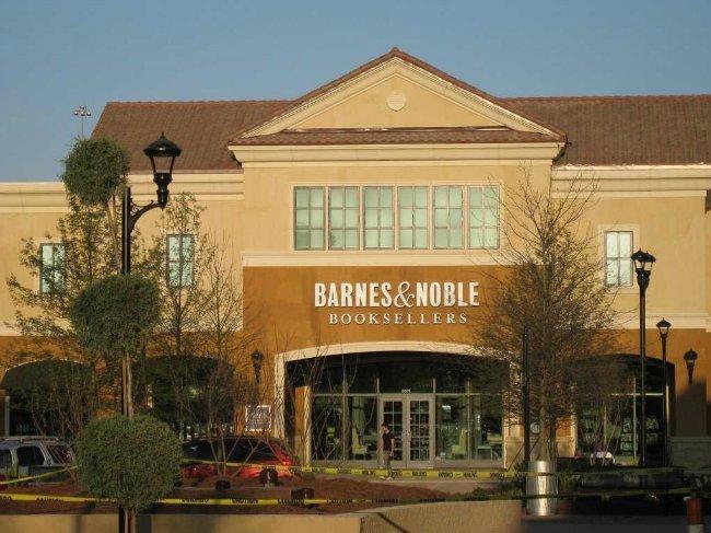 بزوس کارAmazon.com را در پارکینگ (گاراژ) خانه اش آغاز کرد و بیشتر قرار ملاقات های خود را نیز در شعبه یکی از فروشگاه زنجیره ای کتاب به نامBarnes  Noble انجام می داد.