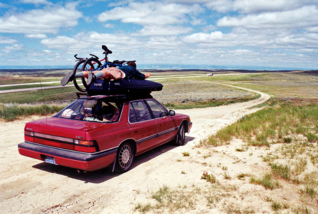 آمازون با چنین تفکری متولد شد.مکنزی و جف به تگزاس رفتند تا برای مدتی، خودروی پدر جف را قرض بگیرند و سپس با همان خودرو رهسپار سیاتل شدند. بزوس در تمام راه، از صندلی های خالی خودرو استفاده می نمودو مسافر سوار می کرد.