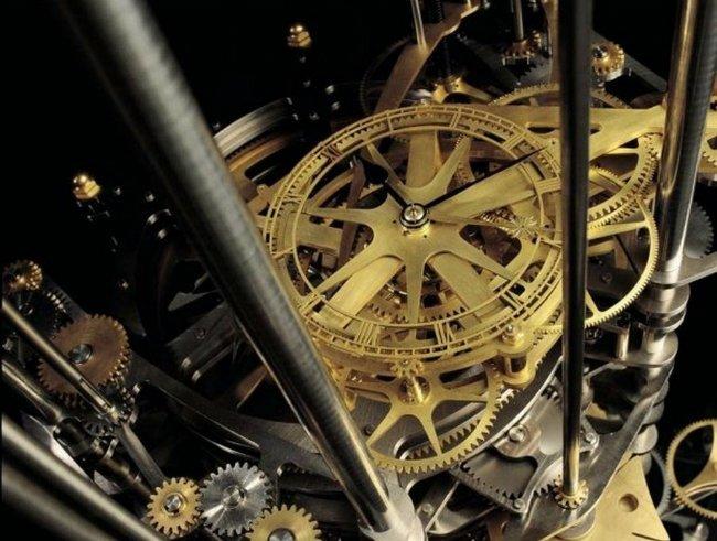 اما جف با پول هایش چه می کند؟ خب، در سال ۲۰۱۲، مبلغی معادل ۴۲ میلیون دلار و همچنین بخشی از زمین های خود در تگزاس را وقف ساخت یک ساعت به نام «The Clock Of The Long Now» کرد، ساعتی که به گونه ای طراحی می شود که ۱۰ هزار سال عمر داشته باشد. این ساعت البته قرار است در ایالت نوادا ساخته شود.