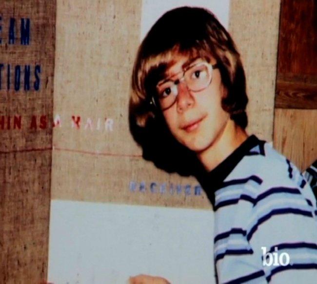 مادرش اهل ایالات متحده بود و پیش از بیست سالگی، در ژانویه سال ۱۹۶۴ جف را به دنیا آورد و سپس با یک مهاجر کوبایی به نام «مایک بزوس» ازدواج کرد. جف پس از تولد ده سالگی اش متوجه شد مایک، پدر حقیقی او نیست.