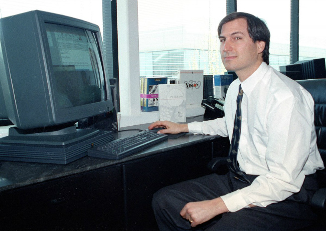 در همان سال ۱۹۸۵، استیو جابز از اپل استعفا داد و یک شرکت کامپیوتری دیگر به نامNeXT تاسیس کرد. در این شرایط، جابز دیگر در بزرگترین رقیب مایکروسافت (اپل) کار نمی کرد اما همین امر به هیچ عنوان موجب بهبود روابط بین این دو شخصیت نشد.