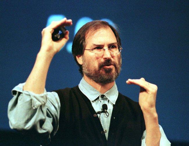 به سال ۱۹۹۶ برویم؛ زمانی که جابز در یک مستند از شبکه تلویزیونیPBS به نام «پیروزی گیک ها» (Triumph of the Nerds) حضور به هم رساند و تا حدی که قادر بود، مایکروسافت و گیتس را کوبید. وی در همان مستند اظهار داشت که مایکروسافت در حال توسعه محصولات رده سوم است.