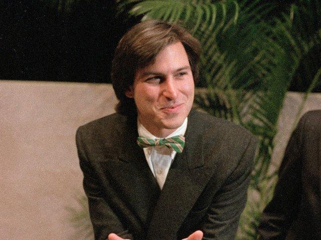 در ابتدای دهه هشتاد میلادی، جابز به واشنگتن پرواز کرد تا با گیتس در مورد ساخت نرم افزار برای کامپیوترMacintosh که مجهز به رابط گرافیکی شده بود، گفتگو کند.