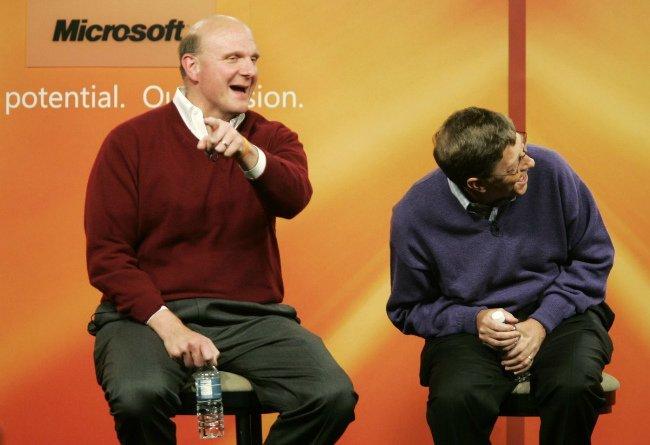 جابز ولی همچنان با نگاهی سطح پایین به مایکروسافت نگاه می کرد، مخصوصا پس از اینکه استیو بالمر عنوان مدیر عاملی را از بیل گیتس در سال ۲۰۰۰ دریافت کرد. جابز در همان زمان، در مورد مایکروسافت گفت: «به خاطر تسلط بالای شان به بازار، خود را کاملا گم کرده اند اما در دنیای تکنولوژی کاملا بی جایگاه شده اند. تصور نمی کنم هیچ چیز در مایکروسافت تغییری داشته باشد، دست کم تا وقتی بالمر مدیر عاملش باشد.»