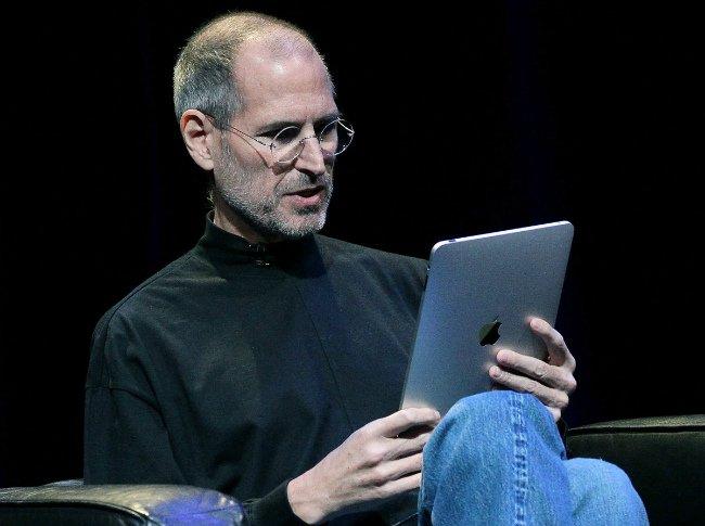 گیتس در مورد آیپد هم نظر چندان مثبتی نداشت: «آن حسی که آیفون به من داد را آیپد نتوانست احیا کند. اینطور نیست که پیش خود بگویم خدای من، با عرضه آیپد از سوی اپل، مایکروسافت جا خواهد ماند.»