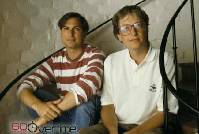 در مدت ابتدایی دوران توسعه مکینتاش، اپل و مایکروسافت دست در دست هم در شکل گیریاین کامپیوتر مشارکت کردند. در یک نقطه از زمان، گیتس اظهار کرده بود که افراد بیشتری در مایکروسافت مشغول توسعه مکینتاش هستند تا در اپل.