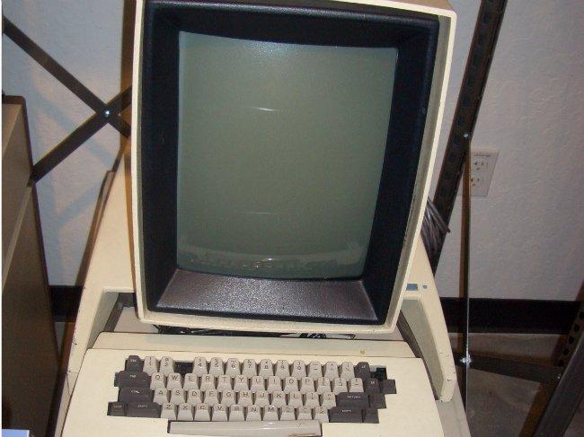 گیتس در واقع می دانست که استیو جابز، ایده رابط های گرافیکی مکینتاش را ازXerox PARC و مشاهده دستاوردهای این نهاد تحقیقاتی الهام گرفته است. زمانی که جابز در برابر گیتس قرار گرفت و به او اتهام دزدی ایده اش را زد، گیتس در پاسخی که در تاریخ ثبت شده، به وی گفت: «خب، استیو، فکر می کنم به شکل دیگری هم می توانیم به این مسئله نگاه کنیم. تصور می کنم ماجرا بیشتر چنین بوده که ما هر دو یک همسایه ثروتمند داشتیم به نام زیراکس؛ یک روز من به خانه این همسایه می روم تا تلویزون اش را بدزدم اما متوجه می شوم که تو قبلا آن را دزدیده ای!»