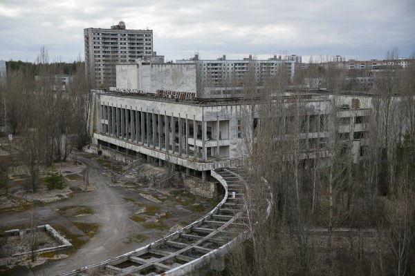 در ساعات ابتدایی روز 26 آوریل 1986، یک آزمایش اشتباه در نیروگاه چرنوبیل موجب وقوع دو انفجار و پخش شدن مواد رادیواکتیو در بخش بزرگی از غرب شوروی و اروپا شد. آتش سوزی حاصل از این واقعه تا چندین هفته ادامه داشت.