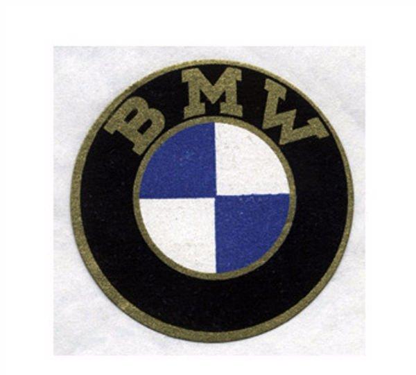 اما بگذارید در مورد لوگوی این شرکت برایتان بگوییم: این لوگو بیشتر با الهام از پروانه گرفته شده اما رنگ آبی و سفیدی که در مرکز آن دیده می شود در واقع نمادی از پرچم باواریا (یکی از ایالت هایآلمان) است و کار طراحی آن را هم کارل رپ بر عهده داشته که در واقع بنیانگذار شرکت مادر BMW یا همان Rapp Motoenverke است.