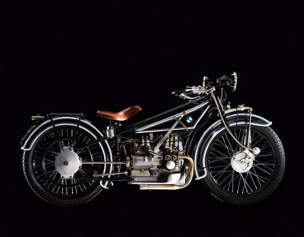 بعد از اتمام جنگ جهانی اول این شرکت کار تولید موتور هواپیماهای نظامی را کنار گذاشت و اولین موتورسکلت خود با نام R32 را در سال 1923 میلادی تولید کرد که البته در نوع خود بسیار هم مبتکرانه بود.
