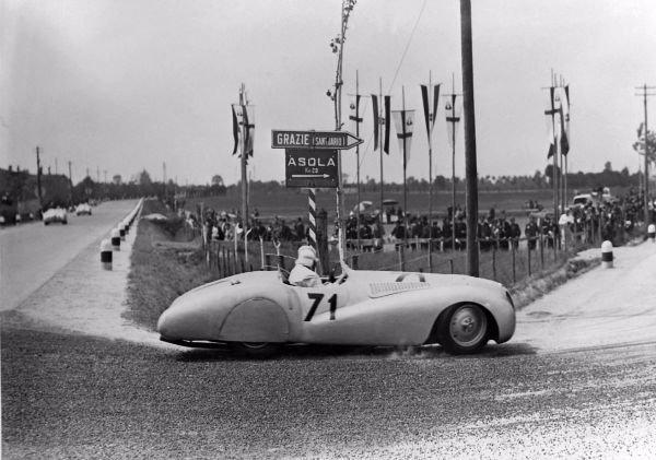 ...که در نهایت به پیروزی آن در رقابت های Mille Miglia در سال 1940 میلادی انجامید. در تاریخ سی ساله رقابت هایMille Miglia، خودروسازان غیرایتالیایی تنها سه بار موفق به پیروزی شدند که از این تعداد یکی از آنها توسط ماشین 328 رقم خورد.