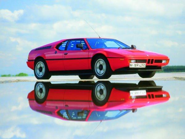 نخستین ماشین موتور وسط BMW و تنها ابرماشین تولیدی توسط این شرکت M1 نام دارد که از سال 1978 تا 1981 تنها 453 عدد از آن تولید شد.