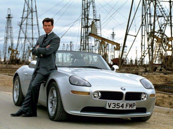 باند در BMW: جیمز باند (با بازی پیرس برازنان) در دهه 1990 میلادی، در سه مجموعه مختلف پشت فرمان خودروهای Z3، مدل Z8 که در تصویر می بینید و خودروی قدرتمند 16 سیلندر 750iL نشست.