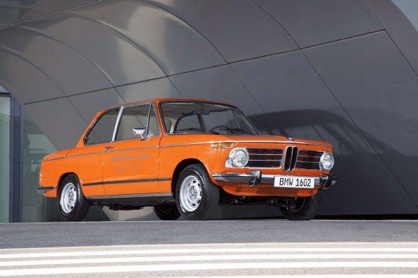 خودرویی که در تصویر می بینید BMW 1602 محصول سال 1972 است که تماما هم با انرژی الکتریکی کار می کند. البته در آن زمان خبری از تکنولوژی های امروزی باتری نبود و 1602 هم برای تامین انرژی مورد نیازشاز یک باتری اسید-سرب به وزن 360 کیلوگرم استفاده می کرد.