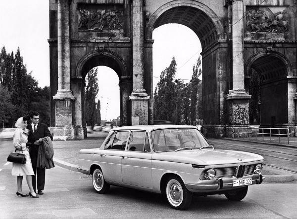 خودروی BMW 1500 که در سال 1961 میلادی از راه رسید اولین مدل از سری «کلاس جدید» است. سه گروه خودروی متفاوت از این سریتوسط BMW تولید شد وخودروساز آلمانی را از خطر ورشکستگی نجات دادند.