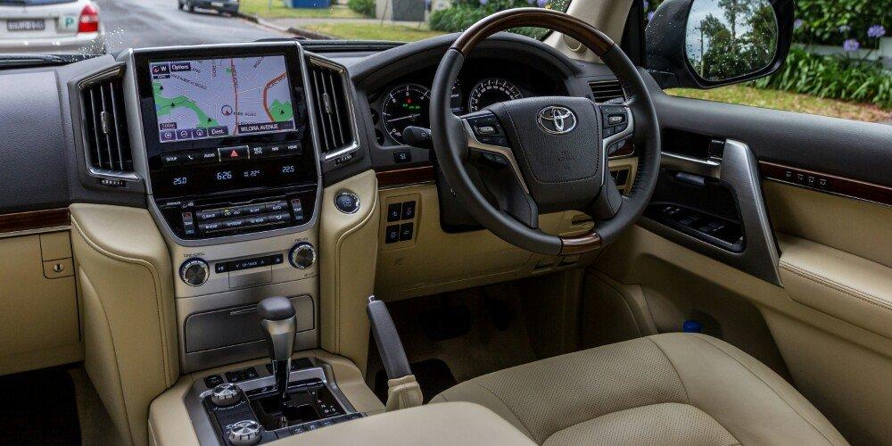 2016-Toyota-LandCruiser-200-Series-v-2016-Lexus-LX570-80-1000x500