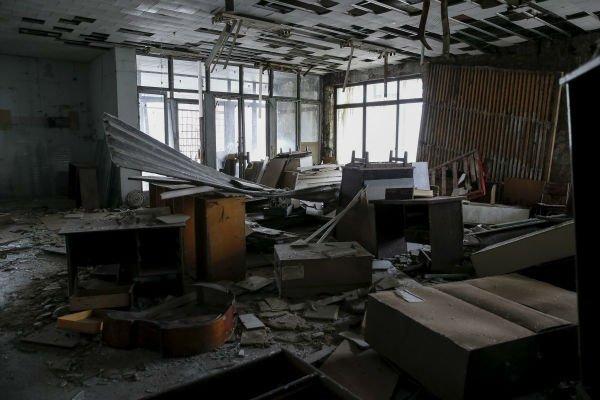 بسیاری از ساختمان های این شهر با وجود تمامی وسایل داخلیشان مخروبه شده اند و دیوار و سقف های آنها در حال ریزش و از بین رفتن است.