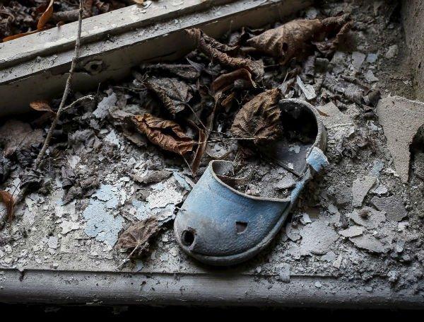 کفشی آلوده به رادیواکتیو که صاحبش دیگر هرگز اجازه استفاده از آن را نداشت... اینگونه مناظر که در این شهر به تعدد دیده می شوند و همگی یادآور فاجعه ای ناراحت کننده در طول تاریخ هستند که به موجب یک اشتباه شکل گرفته و میلیون ها نفر را آواره و آلوده نموده.