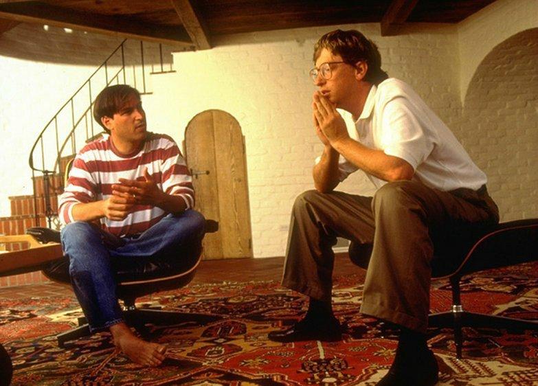 بیل گیتس در مصاحبه ای باBusinessWeek در سال ۱۹۸۴ گفت: «نسل بعدی نرم افزارهای پویا و جذاب، در مکینتاش حاضر خواهد بود نه PC که به دست IBM ساخته می شود.»