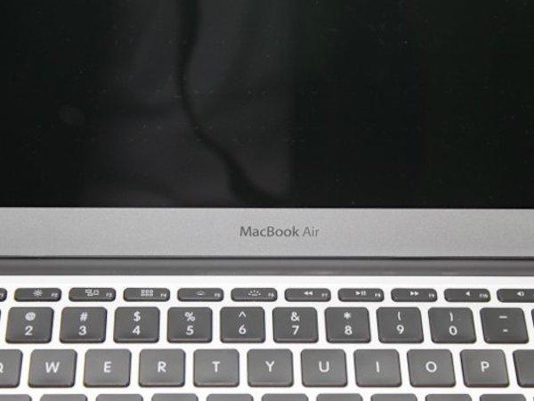 مک بوک ایر، برای سال ها پر فروش ترین لپ تاپ اپل بوده است. مشکل از نمایشگر و کیفیت پایین آن است که با تاریخ و استانداردهای امروزی، چندان هماهنگ نیست. نکته دیگر اینکه طراحی مک بوک ایر، از سال ۲۰۱۱ تا کنون بروز رسانی نشده است.