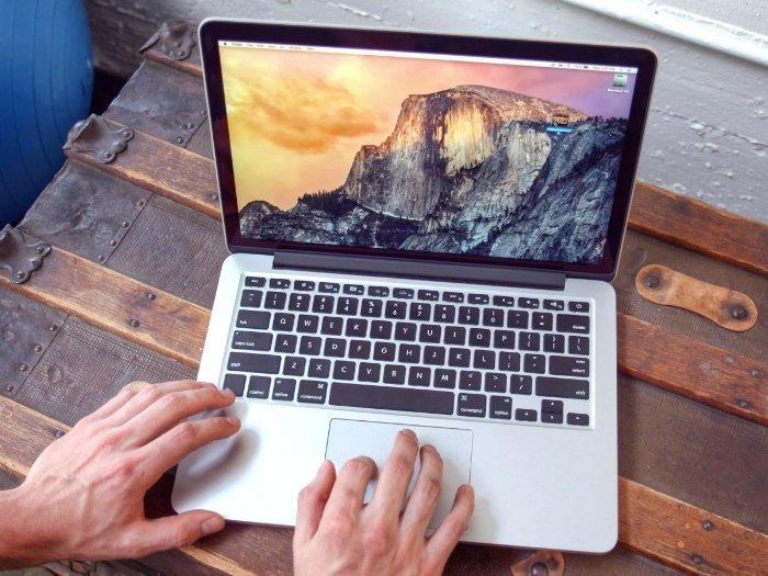 می رسیم بهMacBook Pro؛ قدرتمندترین لپ تاپی که به دست اپل توسعه پیدا می کند. لپ تاپ های حرفه ای اپل با پورت های زیادترشان (نظیر HDMI) و کارت های گرافیک قوی تر شناخته می شوند. اگر نسخه ایاز MacBook Pro را انتخاب کنید که به کارت گرافیکی مجزا تجهیز شده، می توانید روی آن تا حدی به عنوان یک لپ تاپ گیمینگ (در نهایت با نصب ویندوز) حساب باز کرده و یا به شکلی کاملا پویا تر از فوتوشاپ بهره گیرید.