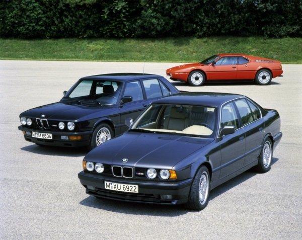 در سال 1986 میلادی، BMW موتور M1 را درون سدان E25 سری 5 قرار داد (سمت چپ). به این ترتیب خودروی M و کل مفهوم «سدان های عملکرد بالا» متولد شد و تا به امروزm5 عنوان بهترین را در میان مدل های هم رده خود داراست.
