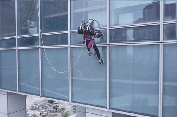 LG CordZero Climbing Stunt 4