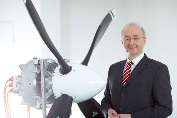 فرانک آنتون رئیس واحد هواپیماهای الکتریکی زیمنس در کنار یکی از موتورهای تولیدی این واحد