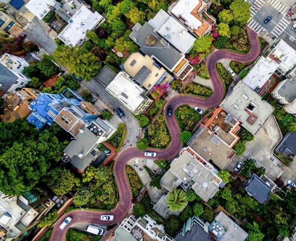 این تصویر خیابان Lombard سانفرانسیسکو را نشان می دهد که مانند ماری از میان مسیرهای دیگر عبور کرده. خیابان Lombard با هشت دور تند خود یکی از جاذبه های این منطقه است.
