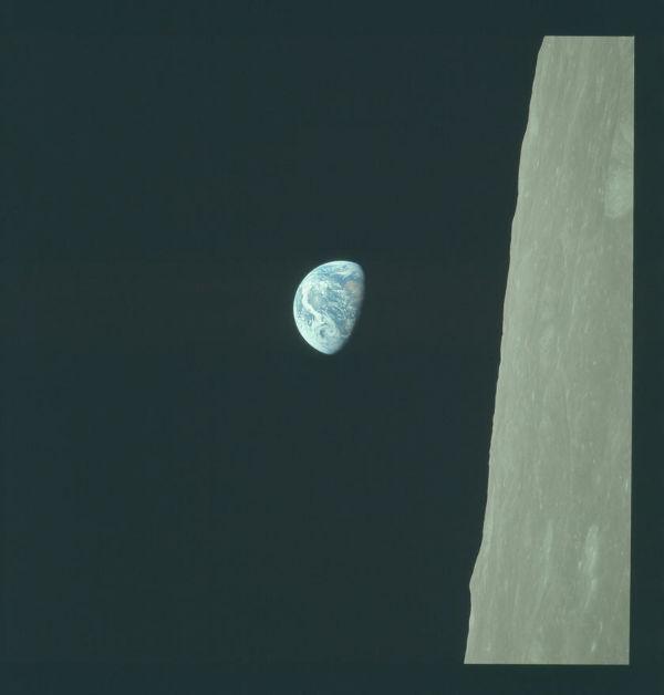 عکس مشهور «طلوع زمین» که توسط فضانوردی به نامWilliam Anders در جریان ماموریت آپولو 8 در دسامبر 1968 میلادی گرفته شد.